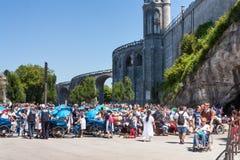 Sikten på kristen vallfärdar för grottan av Massabielle, fristaden av vår dam av Lourdes Arkivbilder