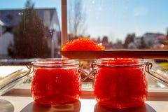 Sikten på krus av förberett saltade kaviaren för den röda laxen royaltyfri bild