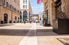 Sikten på Mamillavägen, den berömda moderna Jerusalem stadsgatan av shoppar mycket, stänger och konstgallerier och skulpturer Lok royaltyfri bild