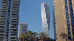 Sikten på moderna skyskrapor i tropisk stad med gömma i handflatan i solig sommardag arkivfilmer