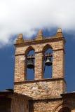 Sikten på någon av berömd towerwith sätter en klocka på i San Gimignano i Toscany i Italien Arkivfoton