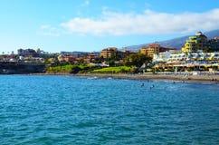 Sikten på Playa de Torviscas och Playa de Fanabe sätter på land i Costa Adeje, Tenerife, kanariefågelöar, Spanien royaltyfri bild