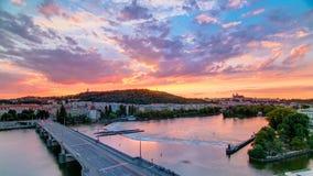 Sikten på Prague kullePetrin timelapse med ugglan maler efter solnedgång med härlig färgrik himmel, Tjeckien stock video