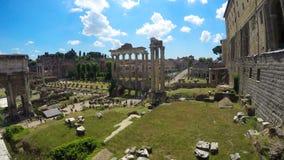 Sikten på Roman Forum i Rome, turister som går och tycker om att intressera, turnerar arkivfilmer
