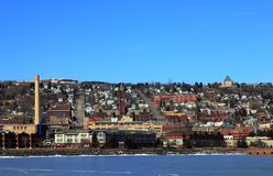 Sikten på sjökusten och staden från parkerar punktrekreationsområde i Duluth, Minnesota royaltyfria foton