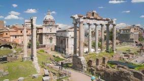 Sikten på slott fördärvar och kyrkan i Roman Forum, panorama av det frilufts- museet arkivfilmer