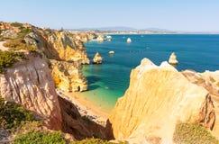 Sikten på strandPraia gör Camilo i Lagos, Algarve, Portugal royaltyfria foton