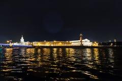 Sikten på Strelkaen av den Vasilyevsky ön och utbytesbyggnaden Neva flod, St Petersburg Royaltyfria Bilder