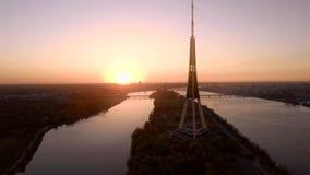 Sikten på TVtorn i Riga, slut upp skjuten solnedgångtid för exponering long surrsikt stock video