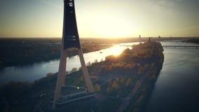 Sikten på TVtorn i Riga, slut upp skjuten solnedgångtid för exponering long surrsikt arkivfilmer