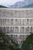 Sikten på väggen av fördämningen Bormio Lago di Cancano Arkivbilder
