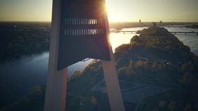 Sikten p? TVtorn i Riga, slut upp skjuten solnedg?ngtid f?r exponering long surrsikt stock video