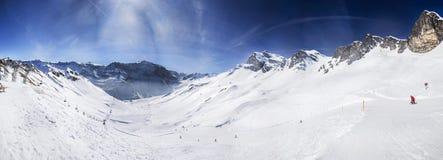 Sikten som skidar lutningar med manchestermodellen i alm, skidar semesterorten, Royaltyfri Fotografi