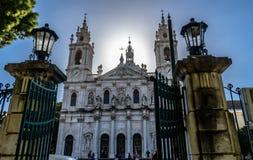 Sikten till basilikan da Estrela inramade vid portarna av Jardim da Estrela, Lapa - Portugal arkivbilder
