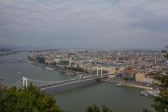Sikten till Budapest från den Gelert kullen royaltyfria foton