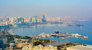 Sikten till den Baku staden från berget parkerar Arkivfoton