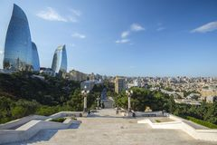 Sikten till den Baku staden från höglandet parkerar, marmorerar trappa Royaltyfri Foto