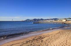 Sikten till den Cannes kustlinjen och yachten port, Frankrike Arkivfoton