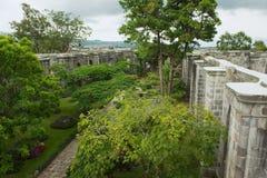 Sikten till den inre gården av den Santiago Apostol domkyrkan fördärvar i Cartago, Costa Rica arkivfoto