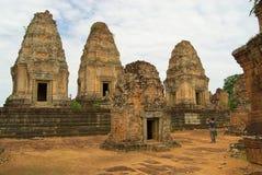 Sikten till fördärvar av den östliga Mebon templet i Siem Reap, Cambodja Arkivbild