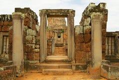 Sikten till fördärvar av den östliga Mebon templet i Siem Reap, Cambodja Arkivfoto