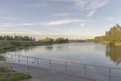Sikten till floden och skyskrapor parkerar in latvia riga Royaltyfri Foto