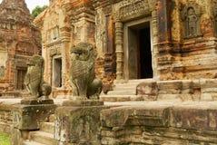 Sikten till ingången till fördärvar av den Preah Ko templet i Siem Reap, Cambodja Royaltyfri Fotografi