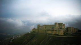 Sikten till Krak des-Chevaliers rockerar, Syrien Royaltyfria Bilder