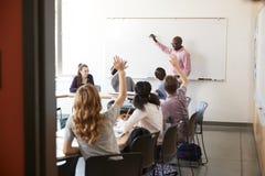 Sikten till och med dörröppningen av högstadiet handleder At Whiteboard Teaching grupp arkivbild