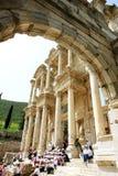 Sikten till och med en gammal båge till fördärvar av den forntida romerska libraen Arkivfoto