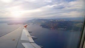 Sikten till och med fönstret på den montenegrinska kusten fotografering för bildbyråer