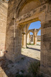 Sikten till och med gotisk kyrka för Sanka mammor fördärvar på den öde byn av Ayios Sozomenos, Cypern Royaltyfri Foto