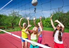 Sikten till och med volleyboll förtjänar av att spela flickor Arkivbild