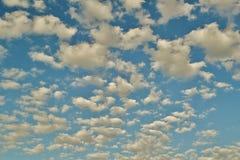 Sikten till sneda bollen fördunklar spring på en blå himmel Royaltyfri Bild