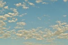 Sikten till sneda bollen fördunklar spring på en blå himmel Fotografering för Bildbyråer