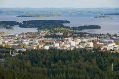 Sikten till staden och omgeende sjöar från Puijoen står högt i Kuopio, Finland royaltyfri bild