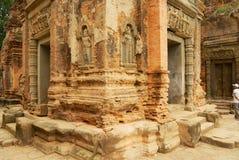 Sikten till stenen som snider på väggarna av, fördärvar av den Preah Ko templet i Siem Reap, Cambodja Fotografering för Bildbyråer