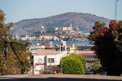Sikter av ön och det Alcatraz fängelset från en hög poäng på den Lombardt gatan i San Francisco, Kalifornien, USA arkivbilder