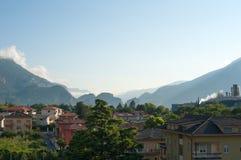 Sikter av bergen och hemma 100f 2 8 28 för kameraafton f för 301 ai velvia för sommar för nikon s för fujichrome för film Royaltyfri Bild