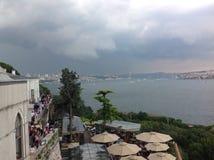 Sikter av Bosphorusen från den Topkapi slotten, Istanbul, Turkiet royaltyfria foton