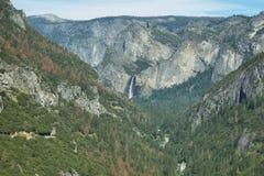 Sikter av Bridalveil nedgångar i den Yosemite nationalparken Royaltyfri Fotografi