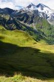 Sikter av de österrikiska fjällängarna från Grossglockner den höga alpina vägen Arkivbild