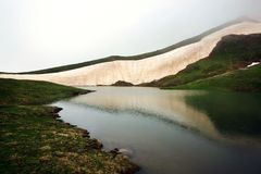 Sikter av den alpina sj?n Coruld royaltyfri foto
