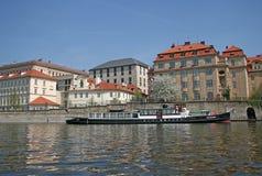 Sikter av den gamla staden med forntida arkitektur på bankerna av den Vltava floden, Prague, Tjeckien arkivfoto