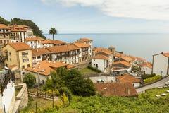 Sikter av den kust- byn för Lastres sjöman i Asturias Arkivfoton