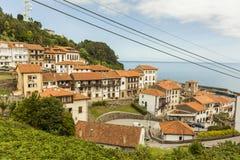 Sikter av den kust- byn för Lastres sjöman i Asturias Arkivfoto