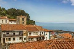 Sikter av den kust- byn för Lastres sjöman i Asturias Arkivbild