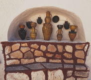Sikter av den moroccan keramiska vasen som isoleras i den vita väggnischen Arkivfoton