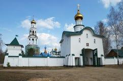 Sikter av den ortodoxa kloster med guld- kupoler Arkivbilder