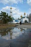 Sikter av den ortodoxa kloster med guld- kupoler arkivfoton